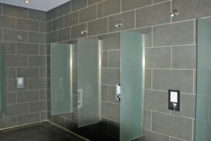 """Praxiserprobt, robust und zuverlässig: Die elektronischen Schell-Duscharmaturen """"Linus D-E-T Eco"""" sorgen für Komfort bei geringem Wasserverbrauch.<br />"""
