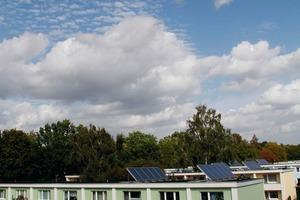 Auf den Dächern der Mehrfamilienhäuser in Hamburg Farmsen befindet sich jeweils eine Kollektorfläche von ca. 20 m²<br />