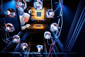 Prüfstand für die Messung der spektralen Empfindlichkeit von Solarzellen (340-1164 nm), die Eindringungstiefe ist stark abhängig von der Wellenlänge des Lichtes Foto: Fraunhofer/Thomas Ernsting