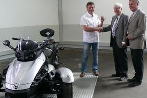 Oventrop Geschäftsführer Georg Rump (Mitte) überreicht die Fahrzeugschlüssel an Detlef Schumann; rechts im Bild: Marketingleiter Werner Dickman