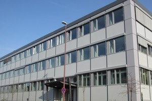 Das sanierte HSE-Hauptgebäude in Darmstadt: Der niedrige Energiebedarf des Gebäudes nach der Fassadendämmung war in den Räumen direkt spürbar: Während der Umbauphase, im gesamten kalten Februar des Jahres 2012, als die neue Heizanlage noch nicht montiert, die alte aber schon demontiert war, fiel die Temperatur während der Bürozeit nicht unter 17 °C<br />