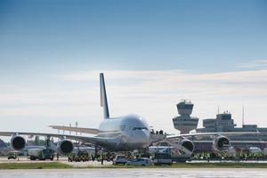 Bevor der erste Airbus A380 auf dem neuen Flughafen landet, werden die Entwässerungsrinnen wie auch die Vorfeld- und Rollwegflächen Griffigkeits-Tests unterworfen<br />