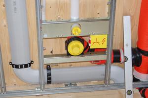 """Die """"Classic-Rohre"""" im Wandschacht: Dicht- und Verbindungselemente fügen das Luftverteilsystem<br />zusammen, Verbindungsschellen mit Sichtfenster fixieren zusätzlich.<br />"""
