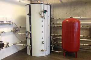 Ein Hygienespeicher mit Edelstahl-Wellrohrwärmetauscher liefert im Durchlaufprinzip warmes Wasser.<br />