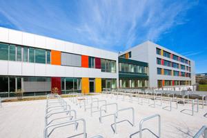 Die neue Frauen- und Hautklinik Heidelberg nach dem Entwurf von Schuster, Pechtold, Schmidt fällt durch ihre farbenfrohe Fassade auf