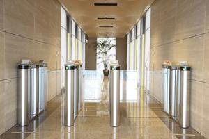 Keine Menschentrauben vor dem Aufzug: Die Fahrgäste geben ihre Wunschetage bereits an vorgelagerten Terminals ein.<br />