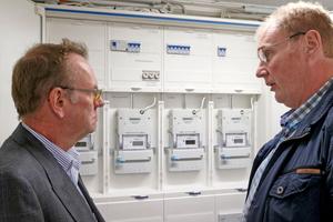 Die neu installierte Hauptverteilung mit Dr. Thomas Henne (links) und TGA-Planer Dipl.-Ing. Holger Laudeley