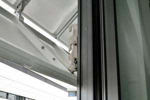 Eine spezielle Verriegelungstechnik der Hebefaltläden ermöglicht zuverlässigen Wind- und Einbruchschutz