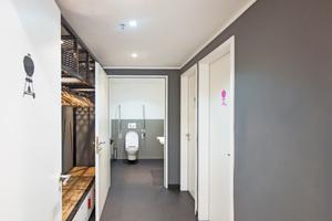 Die modern gestalteten Sanitärräume sind barrierefrei gestaltet, um auch Teilnehmern mit körperlichen Einschränkungen ein tolles Grillerlebnis zu bieten.