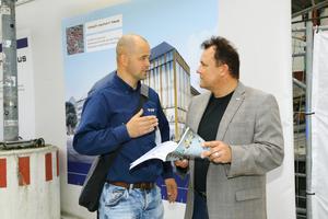 Daniel Richter (links), bei YIT zuständig für die Bereiche Heizung/Sanitär im Pschorr Haus, im Fachgespräch mit Wolfgang Deusch, Verkaufsberater bei Sanha