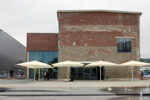 Der Südeingang mit zweigeschossigem Restaurant: Die Fassade wird auch hier von den unterschiedlich alten Ausbaustufen geprägt.