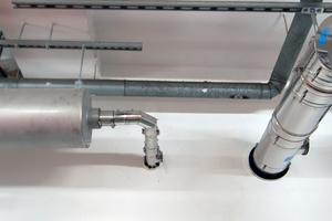 Zwei der drei Abgasanlagen, links mit eingebautem Schalldämpfer für das BHKW.