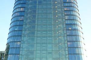 """Großflächige Glasfassaden wie das von Stararchitekt Helmut Jahn entworfene """"Sign"""" im Düsseldorfer Medienhafen stehen für modernes Bauen. Das 76 m hohe Gebäude mit 20 Geschossen bietet unter den gläsernen Kuppeln im obersten Stockwerk hochwertige Veranstaltungsräume mit garantiertem Weitblick über die Landeshauptstadt am Rhein."""