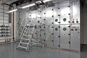Wolf-Außenluftgerät der Baugröße 57000 m<sup>3</sup>/h, Ausführung als 2-stufiges hybrides Rückkühlwerk für die Kältemaschine; insgesamt sind vier dieser Geräte installiert, wodurch ein separates Rückkühlwerk entfallen konnte