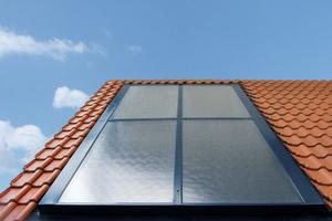 Mit dem Montagesystem lassen sich Flachkollektoren besonders einfach und schnell ins Dach integrieren.