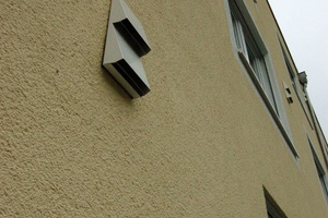 Die Lüftungsstutzen der dezentralen Lüftungsanlage sind auf der Fassade sichtbar. Sie harmonieren gut mit dem geradlinigen Architekturstil.<br />