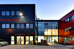 """<div class=""""grafikueberschrift"""">Infokasten</div> Auf über 5500 m<sup>2</sup> können sich Besucher im Hotelkompetenzzentrum Oberschleißheim über Konzepte, Produkte und Lösungen aus allen Bereichen der Hotellerie und Gastronomie informieren.<br />"""