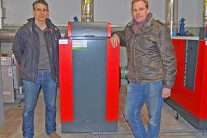 Dipl.-Ing. Markus Schmidl (links) und SHK-Fachmann Klaus Braun vor der fertigen Anlage.