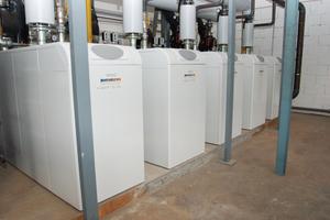 """Im Heizungsraum wurde eine Kaskadenanlage aus fünf Brennwertkesseln vom Typ """"SGB 610 EE"""" installiert."""