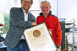 BTGA-Präsident Josef Oswald (links) überreicht Ferry Zeiner das Rietschel-Diplom.
