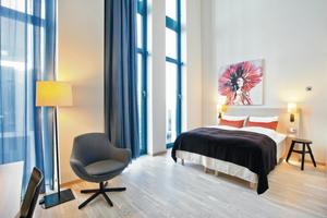 Die Gestaltung des Hotels besticht durch hochwertige Elemente aus natürlichen Materialien: Helle Naturhölzer und -stoffe machen die Räume freundlich und einladend
