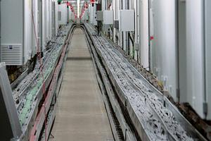 Service-Tunnel des zweiten Coentunnels: die parallel verlegten Leitungen sind deutlich zu erkennen – trotz der Verlegung in metallischen Trassen besteht ein Risiko für induktive Einkopplungen.<br />