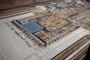 Blick über die BBI-Baustelle im März 2011: Das 715 Meter lange Haupt-Pier mit den 16 Fluggastbrücken und das daran anschließende 350 m lange Süd-Pier mit den neun Fluggastbrücken<br /><br />