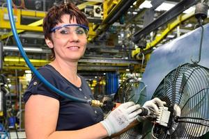 Hohe Fertigungstiefe: Nina Fetter montiert einen Ventilator bei Ziehl-Abegg im Werk in Schöntal-Bieringen, wo sich auch die eigene Gießerei befindet  (Foto: Ziehl-Abegg / Achim Köpf)