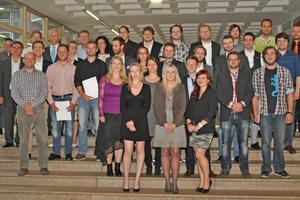 Mit Energie in die Zukunft: Studierende, Absolventen und Dozenten bei der Verabschiedung der ersten Absolventen des Studiengangs Energie- und Gebäudetechnologie im Juli 2014.