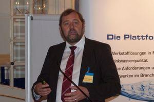 Geert van den Abbeele, Leiter Forschung und Entwicklung bei der Sanha GmbH & Co. KG, stellte die neuen Güte- und Prüfbestimmungen der GMS vor und stellte als Obmann des Güteausschusses der GMS besonders das RAL-Gütezeichen als Qualitätssiegel heraus