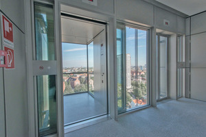 Blick aus dem Gebäude in die gläserne Aufzugskabine<br />