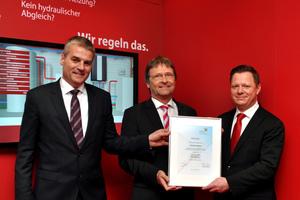 BTGA-Hauptgeschäftsführer Günther Mertz (Mitte) überreichte im Rahmen der ISH 2017 Christian Beckmann (rechts), Head of Central Europe Region, Heating Segment, der Danfoss GmbH, und Lars Tveen, dem Danfoss-Präsidenten, Heating Segment, die Mitglieds-urkunde des BTGA.