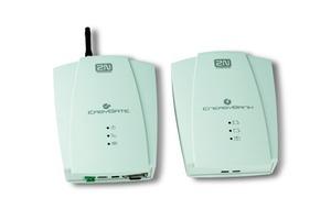 Das Modem (links)(ca. 13 x 17 x 4 cm ohne Antenne), das in Schacht oder Maschinenraum installiert wird, dazu der Akku (rechts)<br />