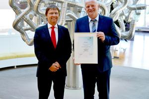 Günther Mertz (links) überreichte Werner Schulte, Leiter Technisches Marketing der Viega GmbH & Co. KG, die Mitgliedsurkunde.