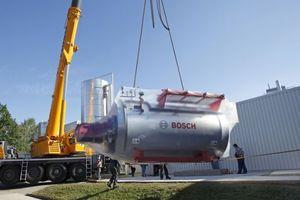 Der erste Industriekessel im Bosch-Design wird bei dem Feinkosthersteller Allfein in Dannenberg entladen
