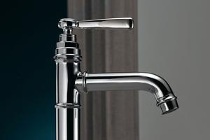 Merkmale des Industriedesigns wie Rohre und Ventile wurden nicht nur mit klassischen Kreuzgriffen und Porzellaneinsätzen, sondern auch mit modernen Hebelgriffen kombiniert.