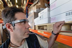 Datenbrillen, die auftragsrelevante Informationen und Anweisungen auf dem Display einblenden, kommen bereits in der Logistik und Lagerhaltung zum Einsatz.