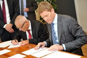 Aage Søndergaard Nielsen, Geschäftsführer von Sondex, sowie Danfoss-Präsident Niels B. Christiansen (rechts) bei der Unterzeichnung der Übernahmevereinbarung.  (Foto: Danfoss)