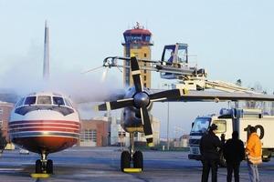Flugzeugenteisung, eine Voraussetzung für sicheres Fliegen im Winter. Das vom Vorfeld abfließende Oberflächenwasser wird in Rinnen, die gemäß den Bestimmungen des WHG ausgeführt sind, sicher abgeleitet<br />