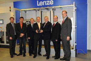 Übergabe der Lenze-Maschine für die Lemgoer Modellfabrik: (v.l.): Professor Stefan Witte (Vizepräsident für Forschung und Technologietransfer), Professor Jürgen Jasperneite (inIT), Professor Holger Borcherding (inIT), Hochschulpräsident Dr. Oliver Herrmann, Dr. Erhard Tellbüscher (Vorstandsvorsitzender Lenze) sowie Frank Maier und Dr. Yorck Schmidt vom Vorstand Lenze<br />