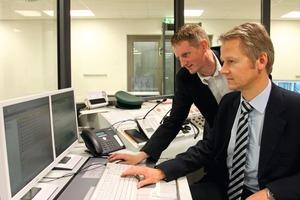 Roger Deters (links), siganet, und Andreas Thömen, Siemens,&nbsp; in der Wachzentrale mit GMA-Managementstation Topsis<br />