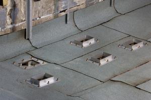 Im ersten Wellental an der zweiten Giebelwand wachen ein Hauptentwässerer und vier Notentwässerungsgullys mit 55 mm hohem Anstauelement<br />