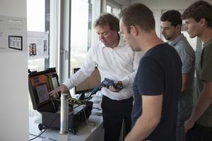 Andreas Heyde (Ledvance) erklärt, wie mit dem mobilen Messkoffer Einsparpotentiale ermittelt werden können.  (Foto: Wago)