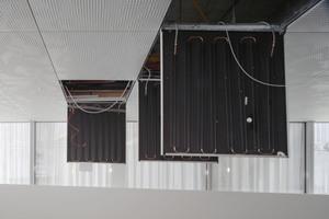 Die Decke verbirgt die Heiz- und Kühlelemente für die Raumtemperierung