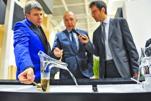 ... Wasserarmatur beim Rundgang auf der IFH/Intherm am Hansgrohe-Stand mit Torsten Müller (Bad-Trendscout), Ralf Weber (Hansgrohe) und Dr. Patrik Hof (Pressesprecher der GHM) (v.l.n.r.)