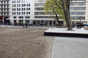 """Baustelle der neu angelegten Verkehrsfläche, angrenzend an den Neubau des Bundesumweltministeriums in Berlin; das Niederschlagswasser wird durch den 3-stufigen Substratfilter """"ViaPlus"""" vor der Versickerung gereinigt"""