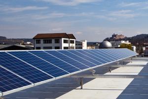 """Auf dem Flachdach befinden sich<br />Photovoltaikmodule der zur Glen Dimplex<br />Group gehörenden """"Dimplex Renewables"""""""
