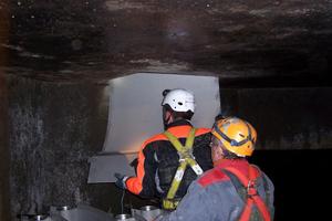 """Kanalwärmetauscher """"Therm-Liner Typ B"""" Fabrikat Uhrig werden als 1 m lange Elemente zur Montage durch einen Schacht in den Kanal gegeben<br />"""