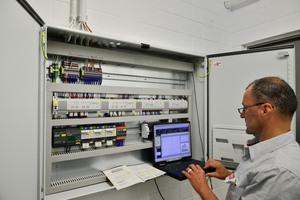 Im Technikraum kann der Facility Manager auf die Sonnenschutztechnik zugreifen und problemlos Änderungen in der Konfiguration vornehmen