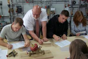 Auch bei TA Heimeier in Erwitte stand der hydraulische Ablgleich, hier mit einer praktischen Übung, auf dem Programm<br />